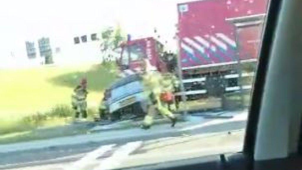 Zwaar ongeluk tussen brandweerwagen en personenauto in Deventer.