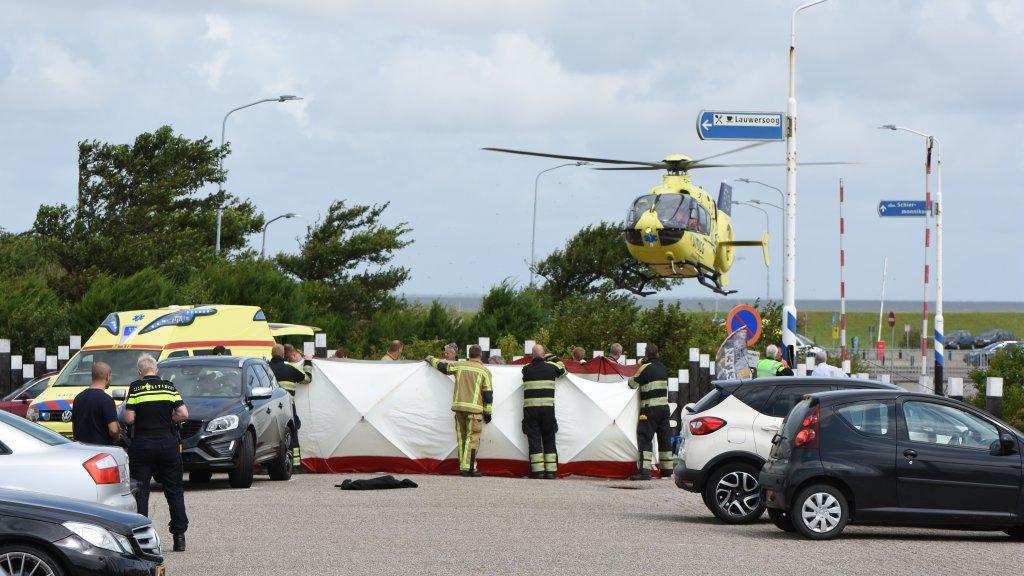 Vader komt om bij aanrijding op parkeerplaats, kind ernstig gewond.
