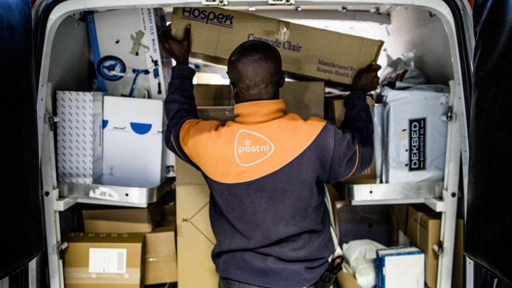 Een postbezorger van PostNL.