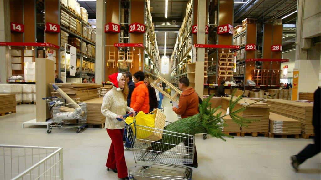 Kleine Kerstboomverkopers Voelen 1 Euro Actie Ikea Rtl Nieuws
