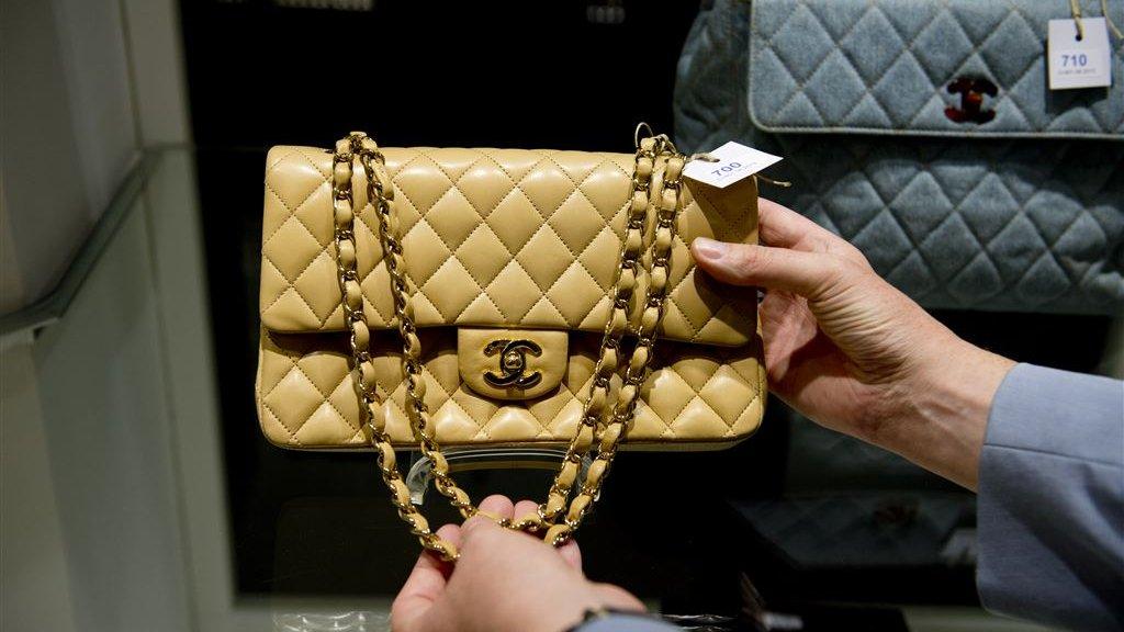 145d7af048f Studente die neptassen verkocht, moet Chanel 10.000 euro betalen ...
