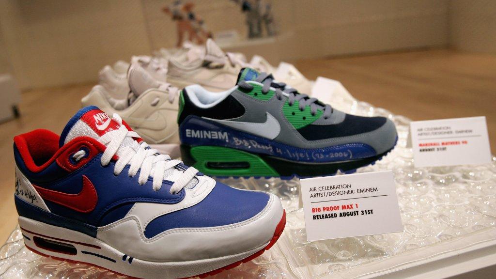 hot sale online f846b f9f57 Gelimiteerde uitgave van twee paar Nikes ontworpen door rapper Eminem Beeld  © Getty Images.