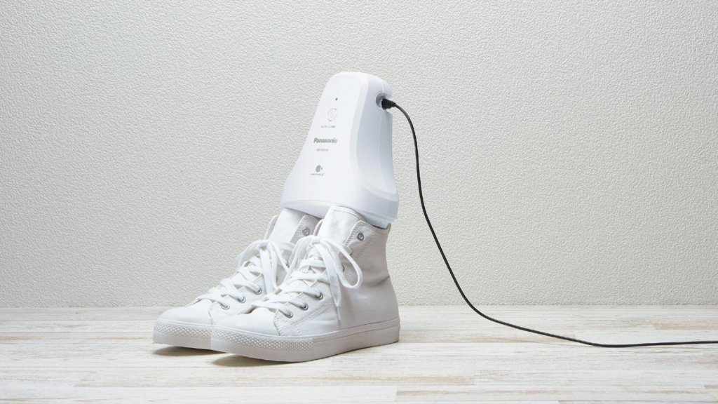 42a915d9cd3 Deze gadget haalt de vieze geur uit je schoenen   Bright