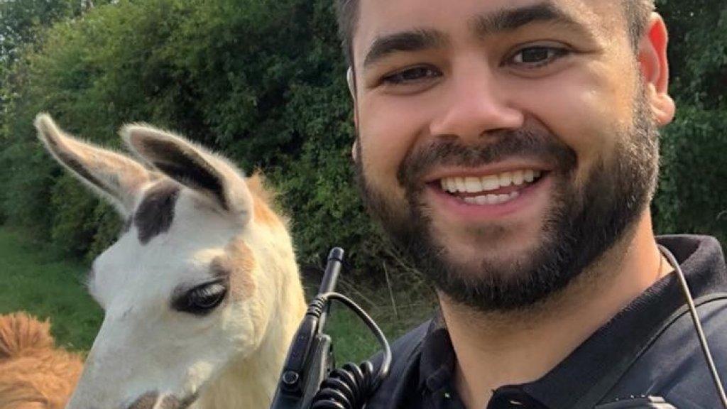 Agent In Tiel Neemt Selfie Met Lama Om Af Te Strepen Op Onze