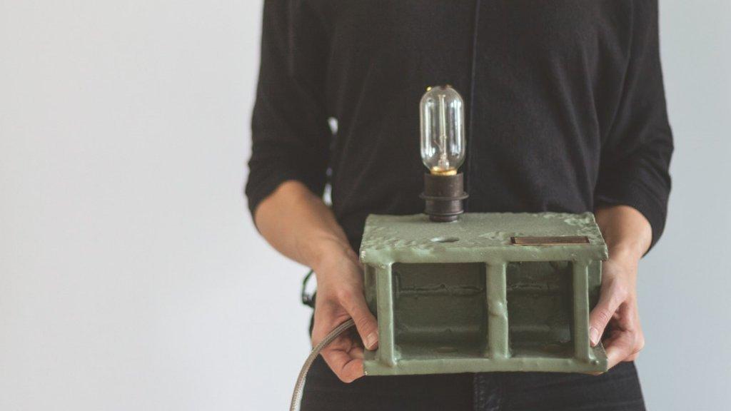 De lamp die designbureau TTOTT van de oude staalconstructies van de brug de Hef maakte.