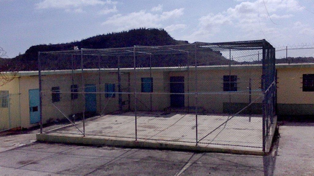 Vluchtelingen worden opgesloten in gevangenissen zonder voldoende slaapplaatsen met smerige matrassen.