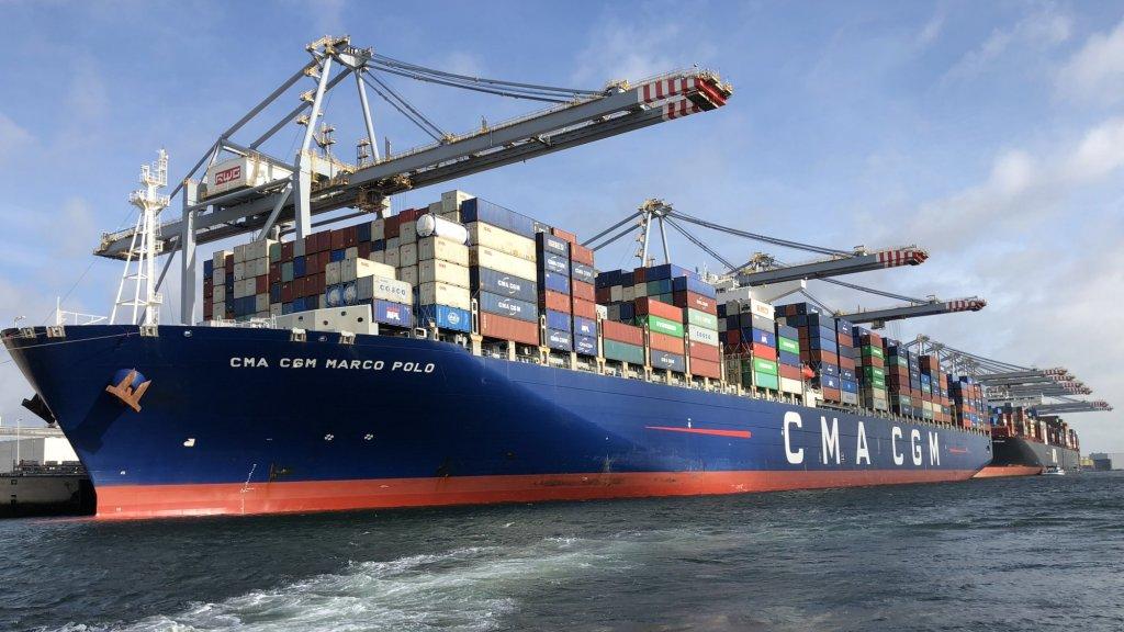Een containerschip in de Rotterdamse haven.