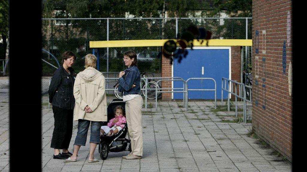 Moeders op het schoolplein.