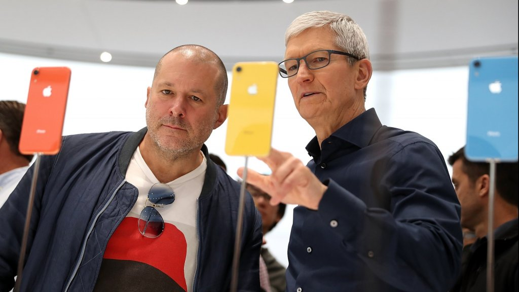 Apple-designer Jony Ive (links) met Apple-ceo Tim Cook.