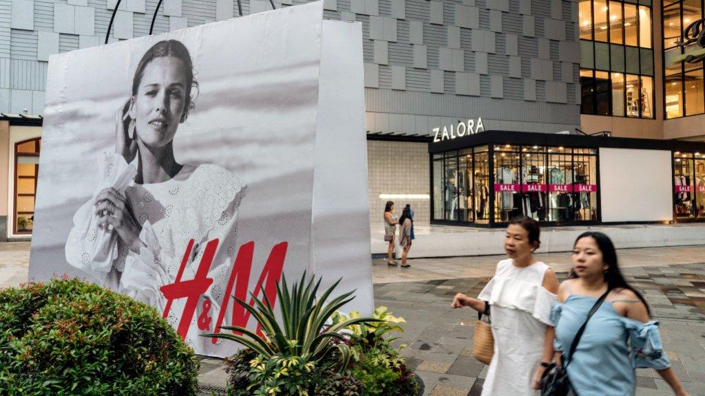 Ook H&M-members moeten verzendkosten gaan betalen bij kleine pakketten.