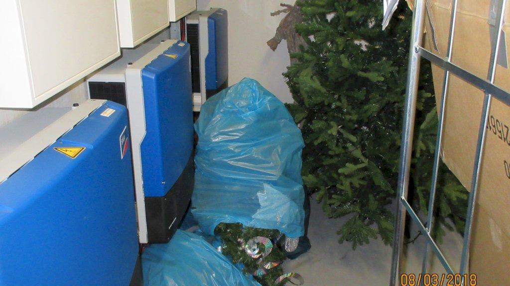 Brandbare kerstspullen liggen tegen omvormer aan die 70 graden kan worden.