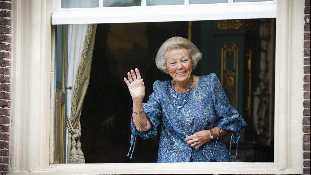 Prinses Beatrix zwaait vanuit het Kabinet van de Koning naar de rijtoer op Prinsjesdag
