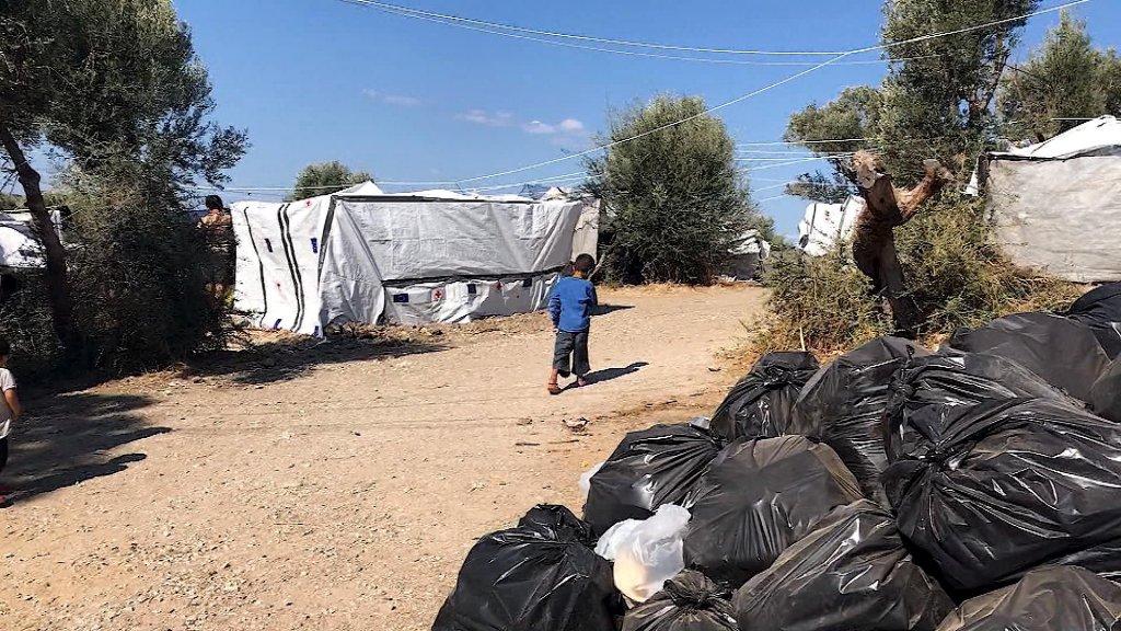 Het vuilnis in kamp Moria stapelt zich op.