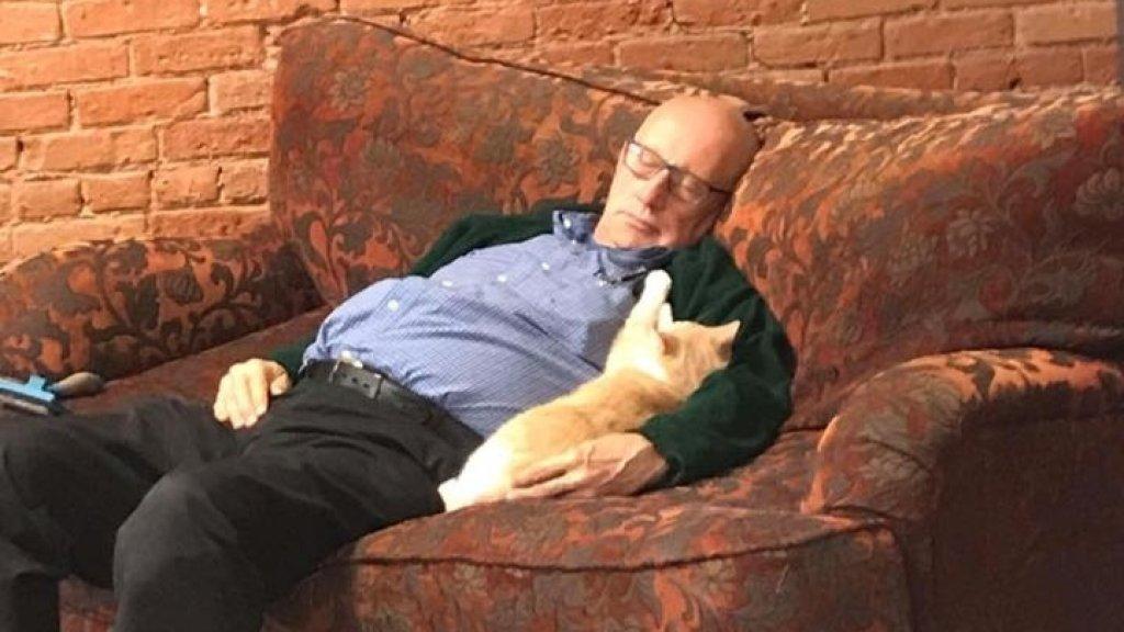 Een van de vele foto's waarop Terry een dutje doet met een asielkat.