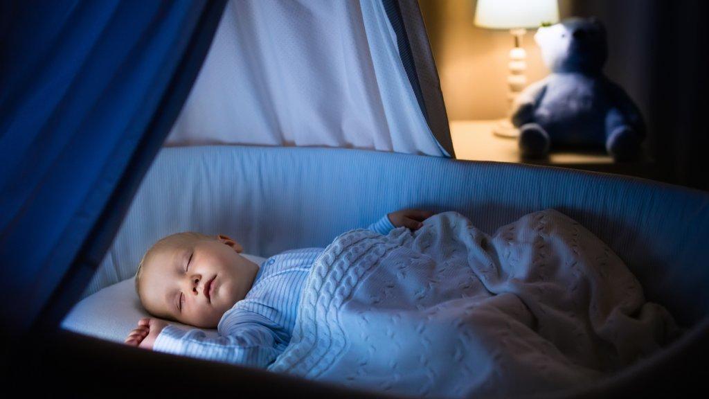Laat baby eerste half jaar op kamer van de ouders slapen\' | RTL Nieuws