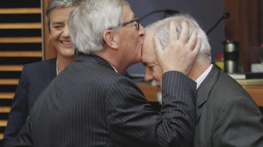 Commissievoorzitter Juncker kust het hoofd van de Spaanse Eurocommissaris Miguel Arias Canete.