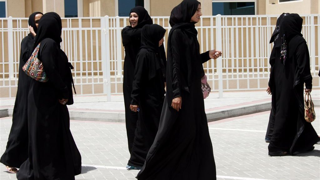 Vrouwen in abaya's.