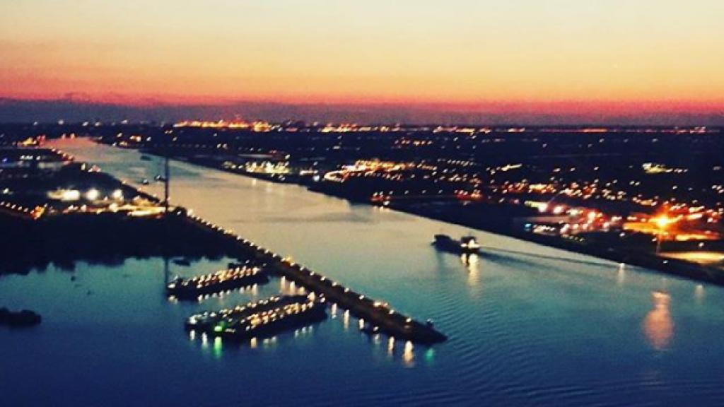 Uitzicht over Amsterdam vanuit de traumahelikopter.