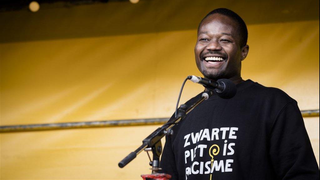 Jerry Afriyie tijdens een demonstratie van actiegroep Kick Out Zwarte Piet.