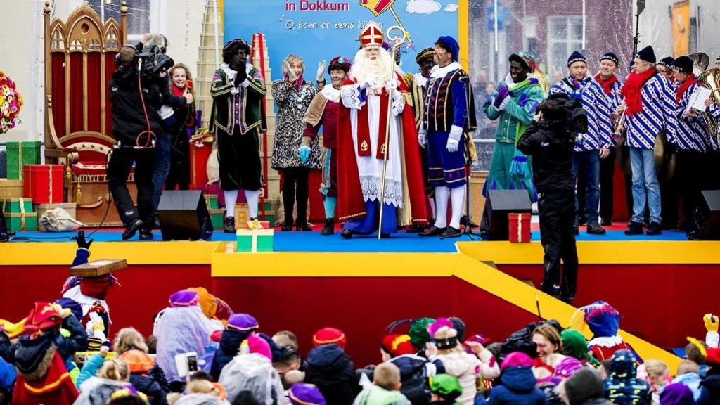 Op de dag van de snelwegblokkade werden Sinterklaas en zijn pieten ontvangen in Dokkum.
