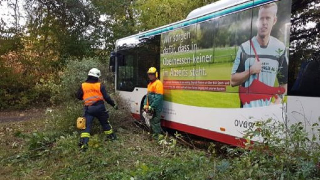 Lijnbus vol passagiers rijdt zonder chauffeur het bos in
