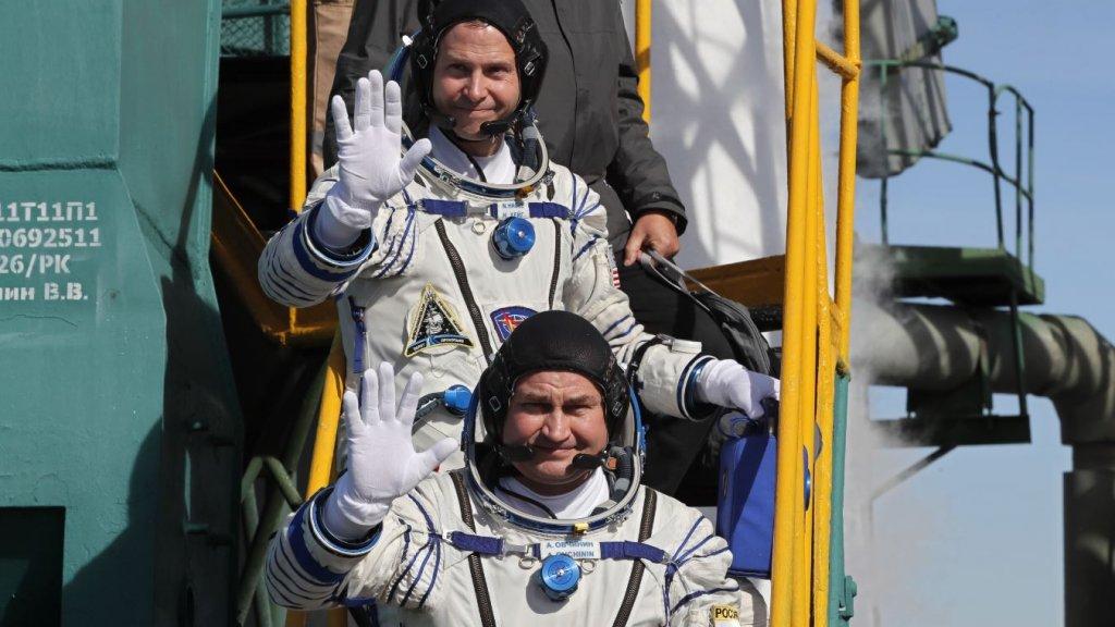 Kosmonaut Alexey Ovchinin (onder) en astronaut Nick Hague voor hun vertrek.
