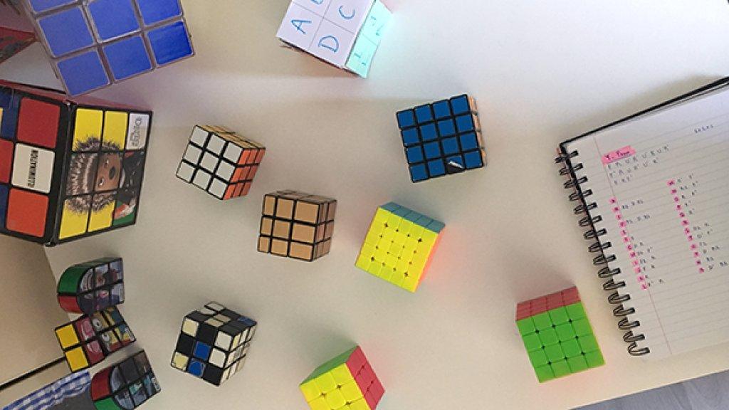 """""""Van mijn 14de tot mijn 16de gebruikte ik de Rubiks kubussen heel vaak. Mijn psycholoog adviseerde me het weer op te pakken."""""""