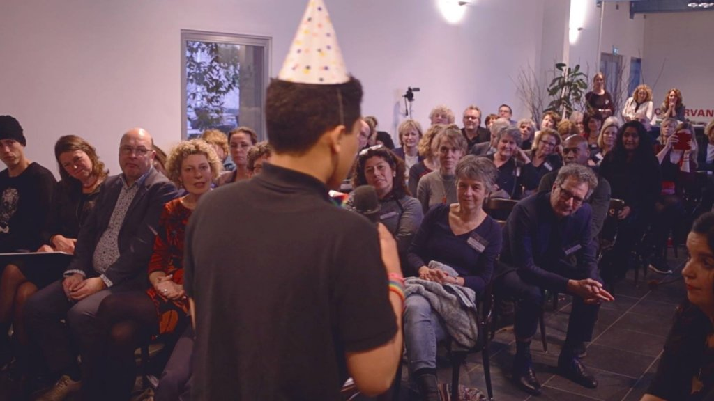Jason trad op bij de nieuwjaarsbijeenkomst van Jeugdzorg Nederland.