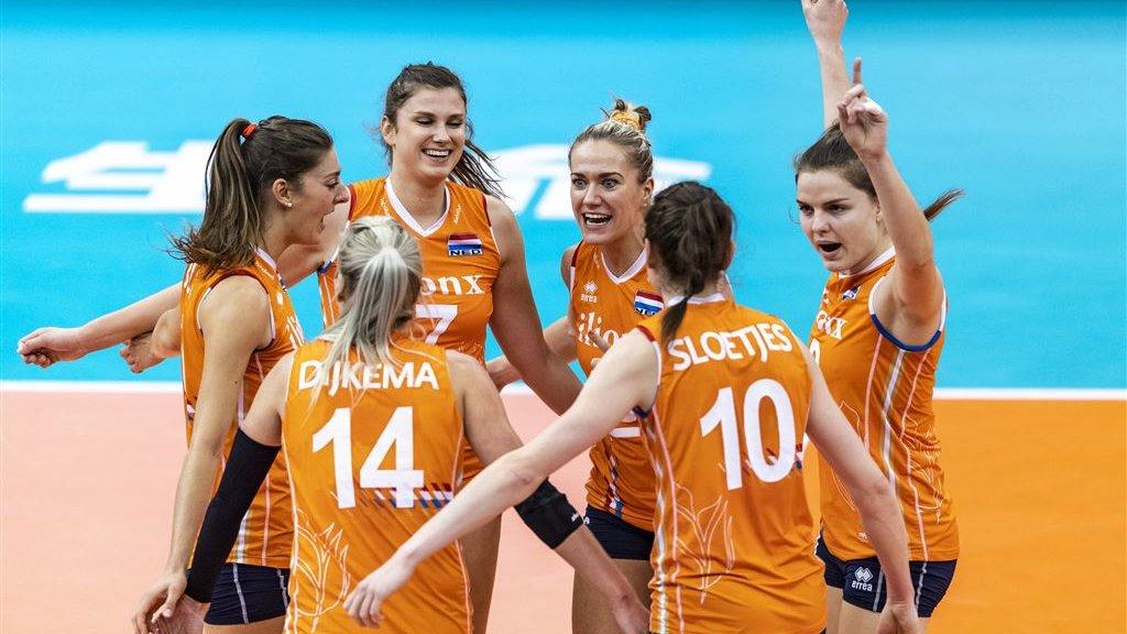Vreugde bij de Nederlandse volleybalsters Anne Buijs, Juliet Lohuis, Laura Dijkema, Maret Balkestein-Grothues, Lonneke Sloetjes en Yvon Belien tijdens de wedstrijd tegen Servië.