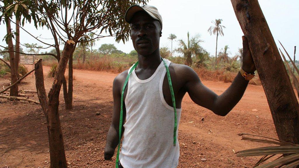 """""""De rechterhand van Salomon werd door rebellen afgehakt. Nu is hij kleermaker en keeper van het voetbalelftal voor geamputeerden."""""""