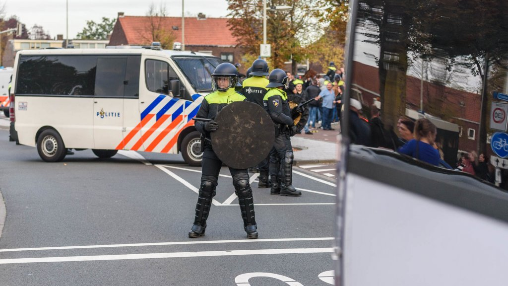 Burgemeester Breda twittert heftige beelden van voetbalrellen