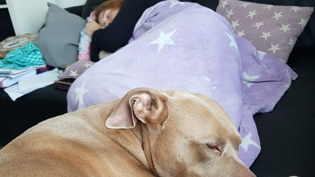 Eli zorgt er voor dat Mariella rustig kan slapen