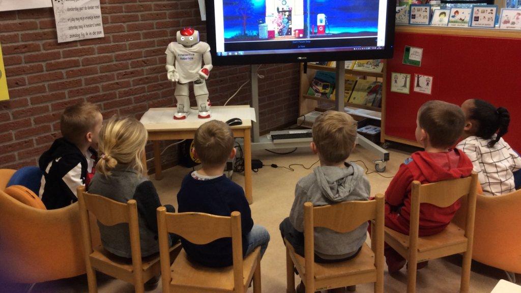 Een robot leest de kinderen voor.