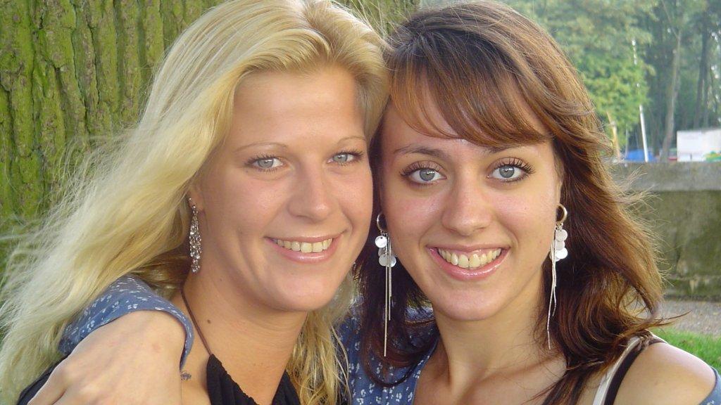 Nadine met haar zus Jacqueline.