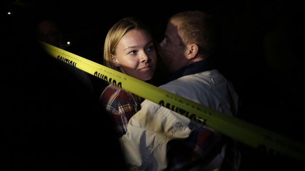 Teylor Whittler wist aan de kogelregen in de Borderline Bar & Grill te ontkomen. Ze wordt omarmd door haar vader.