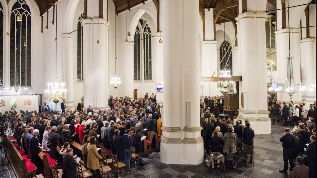 Bezoekers tijdens een gebedsdienst in de Grote Kerk van Vianen voor de Pakistaanse Asia Bibi.