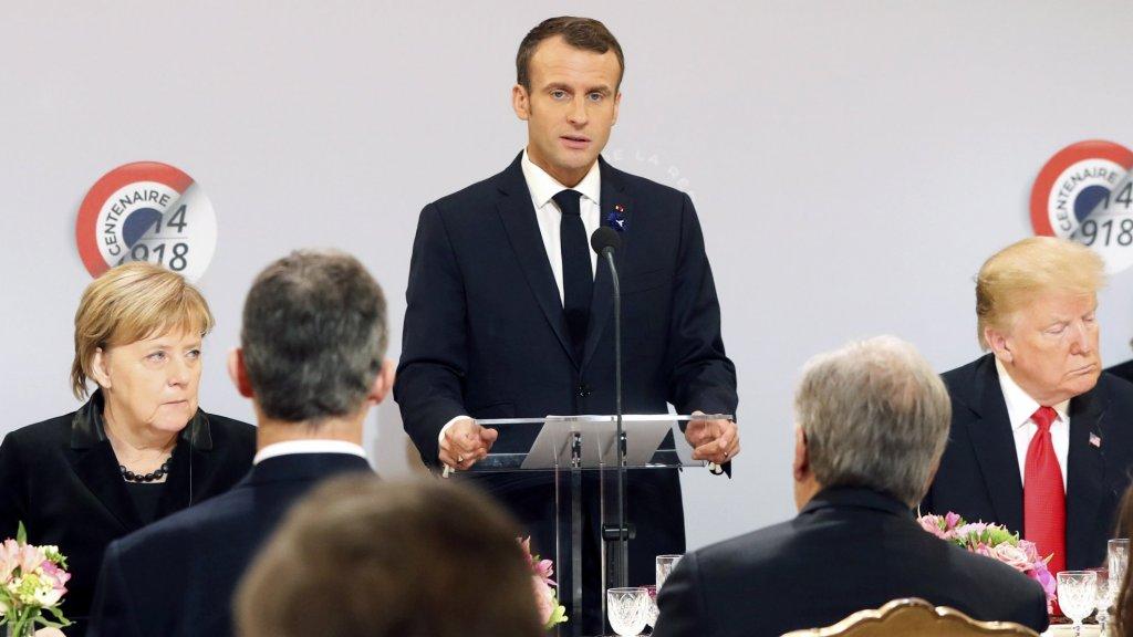 Macron spreekt bij herdenking in Parijs.