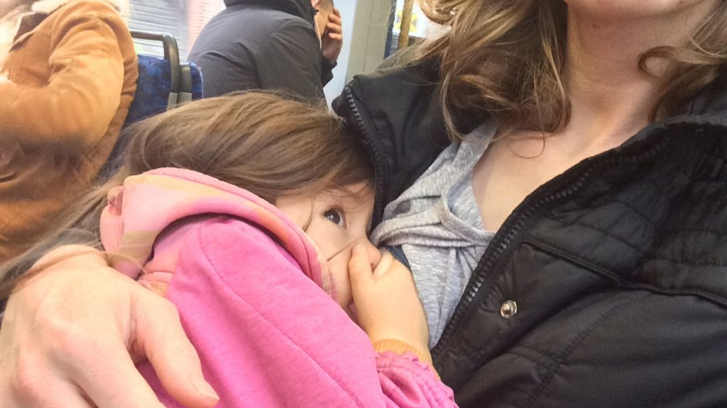 Diana voedt haar dochtertje in het openbaar
