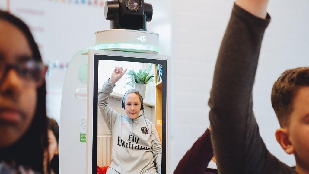 Via een speciale camera kunnen zieke kinderen toch lessen volgen.