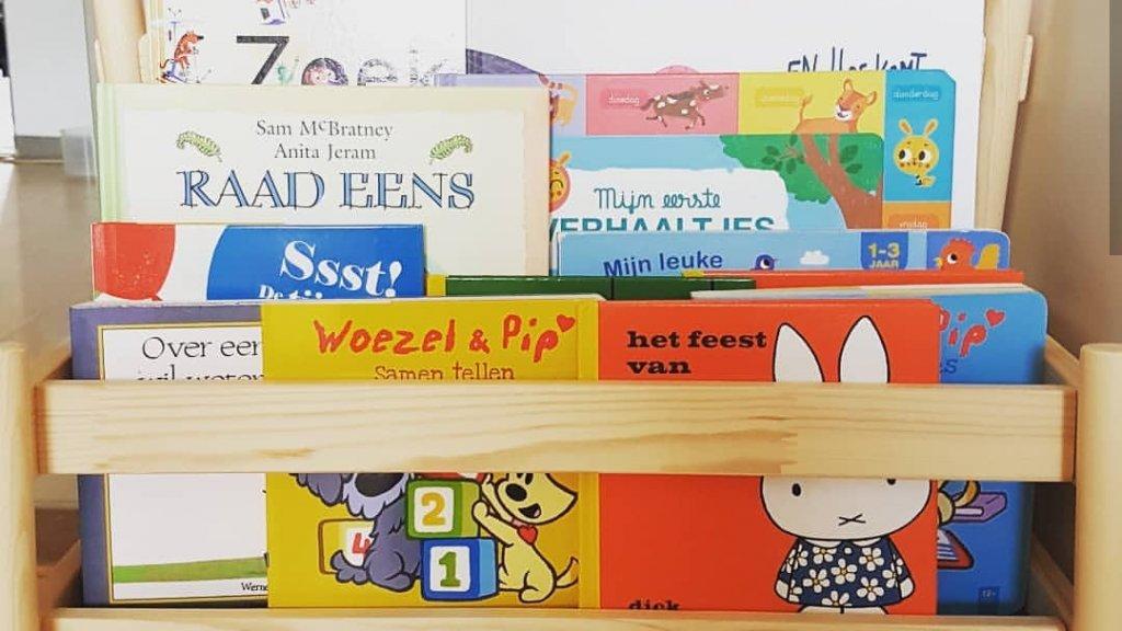 Bij Tessa thuis staan overal boeken. Deze standaard is voor haar dochtertje.