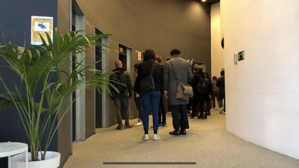 CCC-medewerkers staan in de rij voor de lift