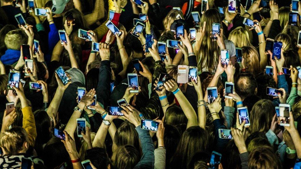 Honderden telefoons gaan de lucht in als Lil' Kleine het podium opkomt afgelopen maart.
