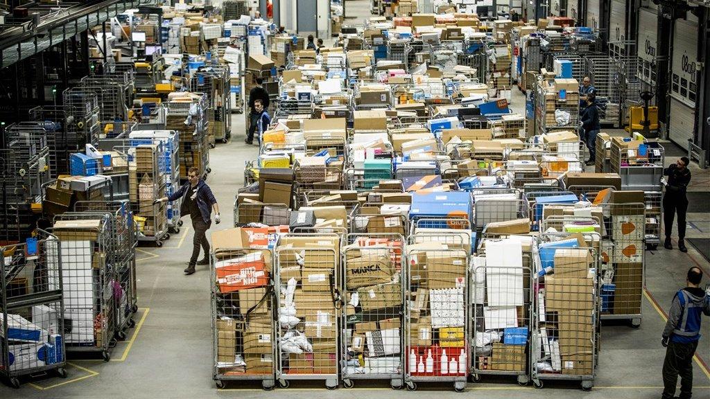 Drukte in het sorteercentrum van PostNL