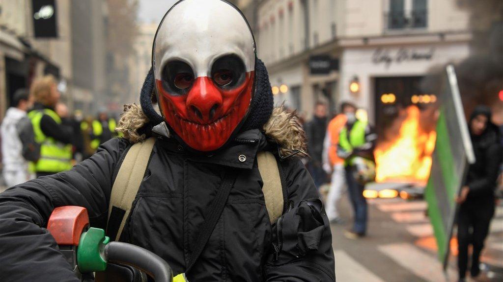 Halloween In Frankrijk.Gele Hesjes Weer De Straat Op Frankrijk Is De Zieke Man