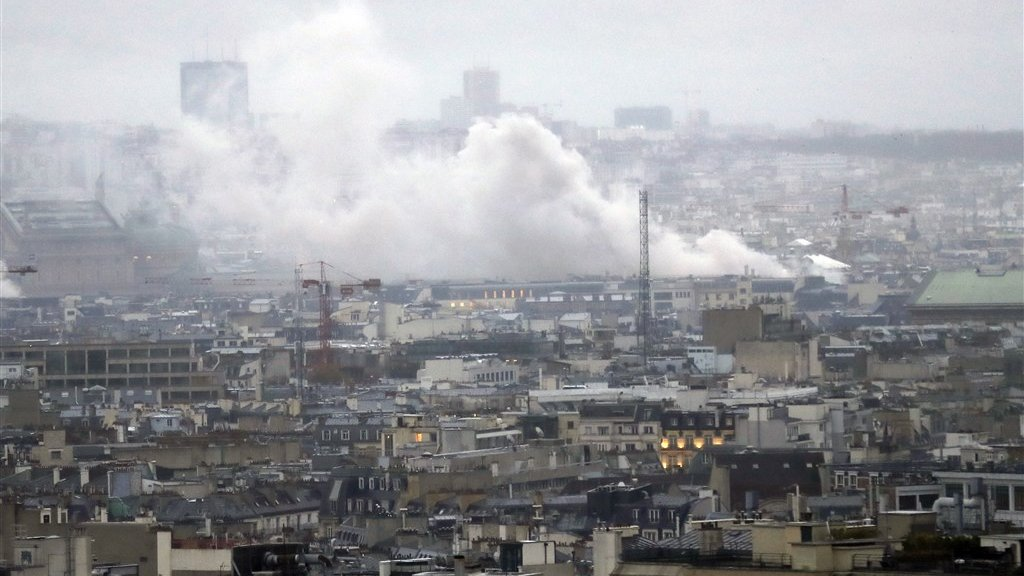 Rookpluimen boven Parijs