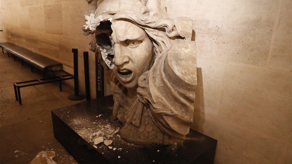 Vandalen vernielden onder anderen dit beeld van Marianne in de Arc de Triomphe.
