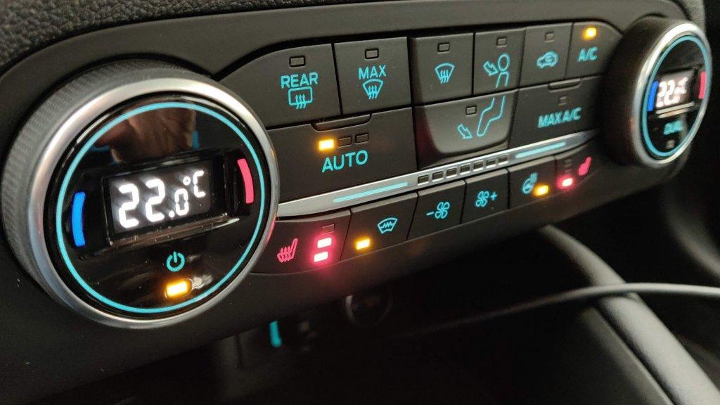 Onderin knoppen voor stoelverwarming, voorruitverwarming en stuurverwarming