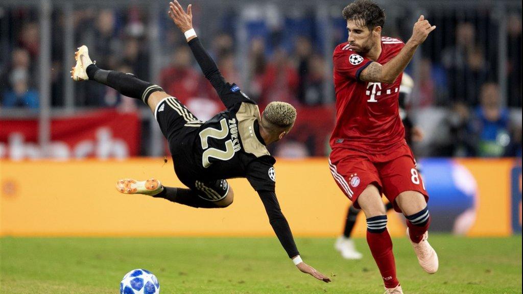 De Spaanse middenvelder Javi Martinez in duel met Hakim Ziyech tijdens Bayern München - Ajax (Champions League)