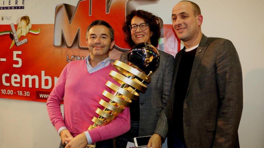 Vol trots poseert Roberto met zijn prijs.