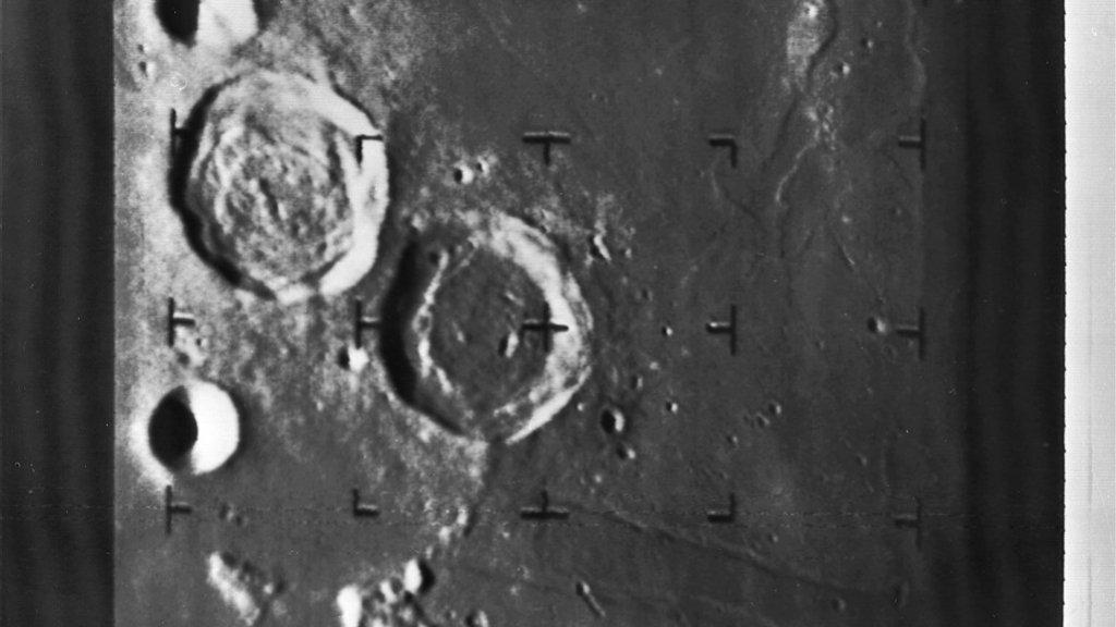 Een gedeelte van de maan, gezien op ongeveer 250 kilometer hoogte.